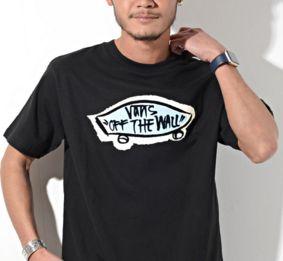英語のロゴ入りTシャツ