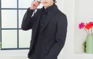 黒ジャケットに黒シャツ