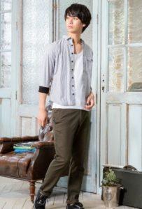 9月の街コンの男性ファッションはグレーシャツで
