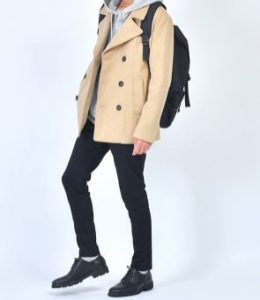 Pコートと黒のパンツで街コン用メンズファッション