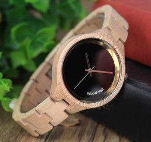 街コンと木製腕時計