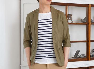 街コン用の男の服装にカーキ色ジャケット