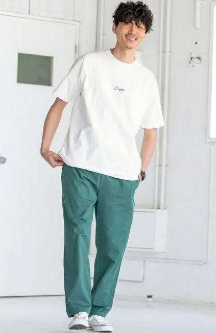 緑色のボトムスを引き立たせたTシャツ1枚コーデ