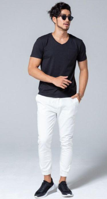黒Tシャツを主役にしたTシャツ1枚コーデ