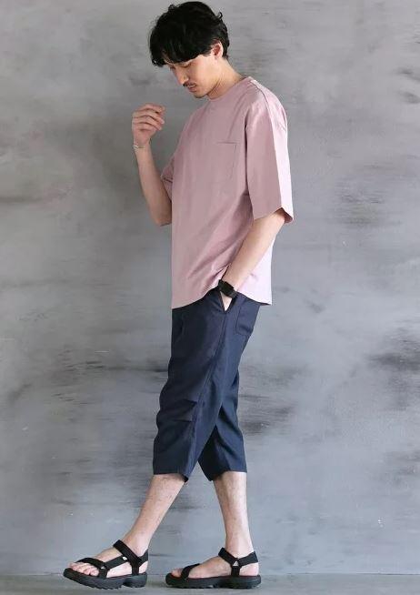 ピンクのTシャツを使ったTシャツ1枚コーデ